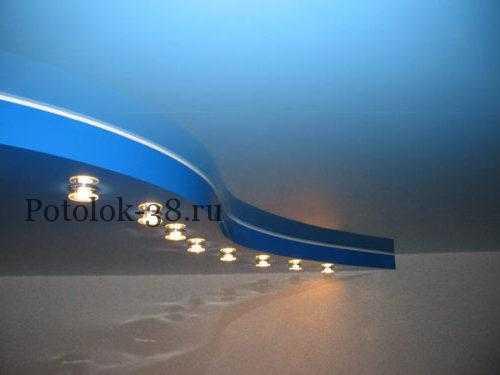 Двухуровневый натяжной потолок в синих тонах с точечными светильниками